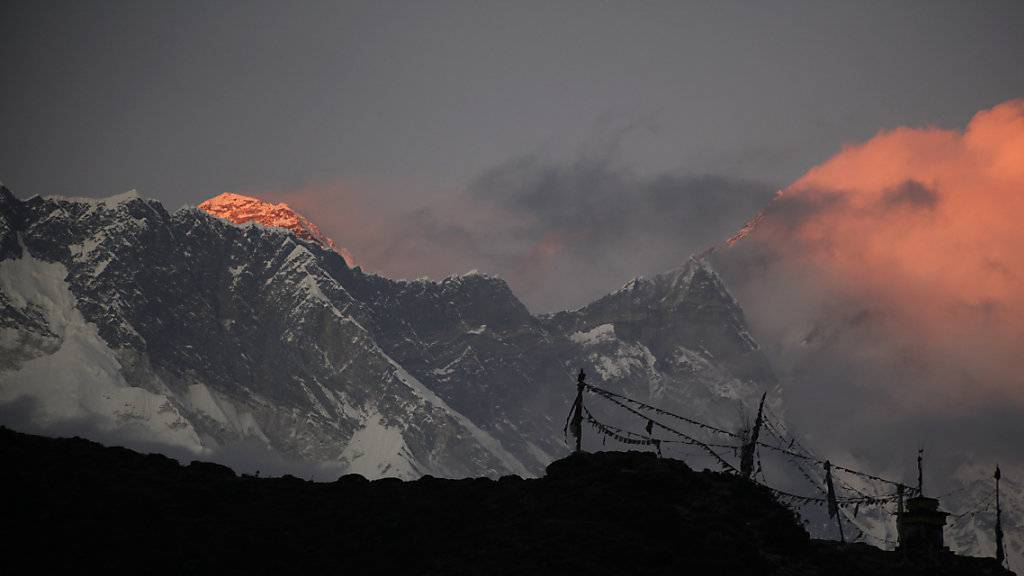 Touristen sitzen wegen schlechten Wetters beim Mount Everest fest