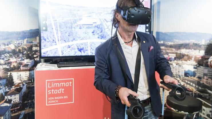 Mit den beiden Geräten in der Hand in lässt sich der Flug durch das Limmattaler 3D-Modell steuern.