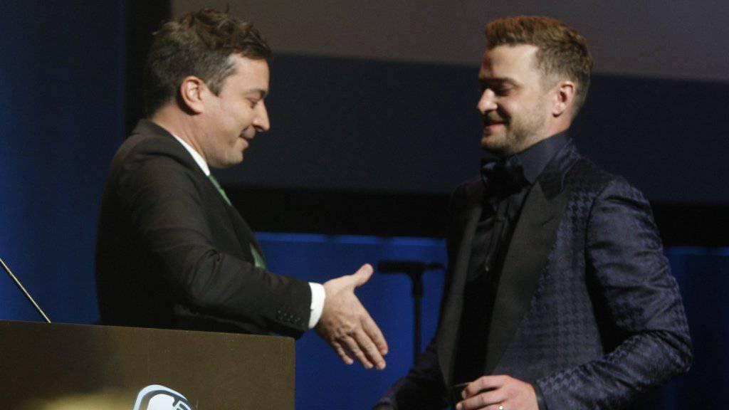 Da war die rechte Hand noch unversehrt: Jimmy Fallon (links) begrüsst Justin Timberlake Mitte Oktober in Memphis.