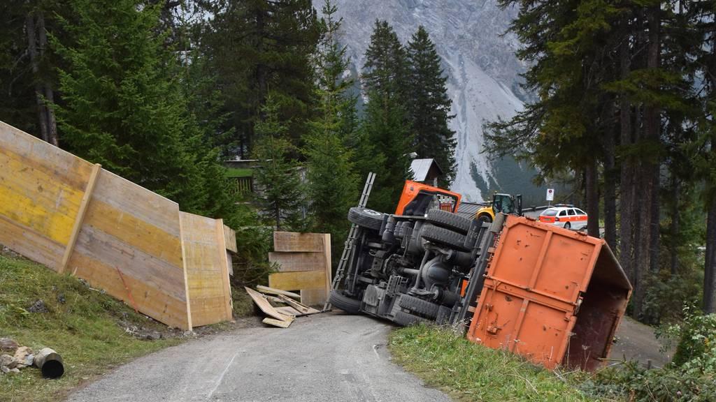 Lastwagen rutscht ohne Chauffeur Strasse hinab und kippt