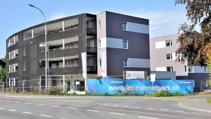 Am Eingang in den Römerpark, hinter der blauen Bande, entsteht der Quartierladen.