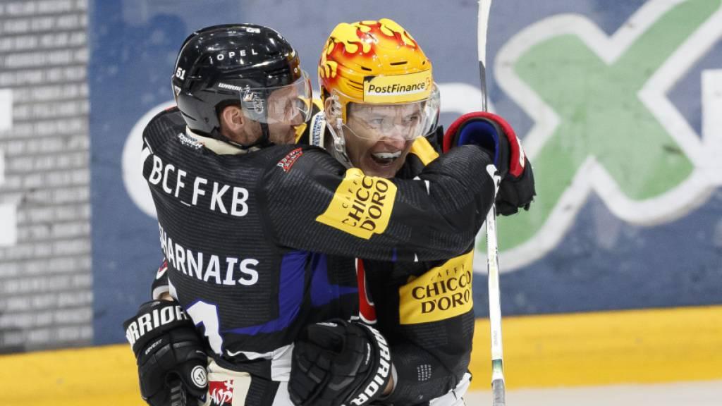 David Desharnais (links) und Killian Mottet in Feierlaune: Fribourg-Gottéron gewinnt zum fünften Mal in Folge