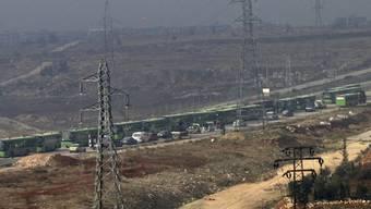 Busse und Autos mit Zivilisten aus Ost-Aleppo am Freitag ausserhalb der Stadt.