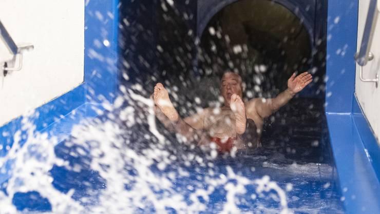 Der Wettinger Gemeindeammann Roland Kuster kam als erster durch die Wasserrutschbahn.
