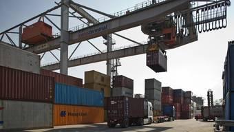 Containerverlad im Basler Rheinhafen.