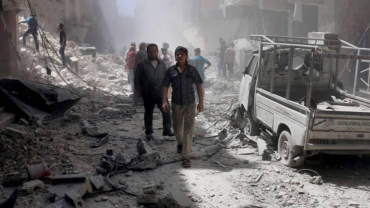 Einwohner von Aleppo besichtigen nach einem Luftangriff die Trümmer ihrer Häuser. (Archiv)