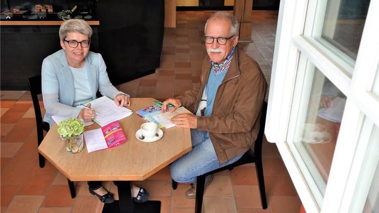 Geschäftsführerin Heidi Holdener und Präsident Robert Häfner halten für die Stiftung Murikultur das Fenster weit offen.