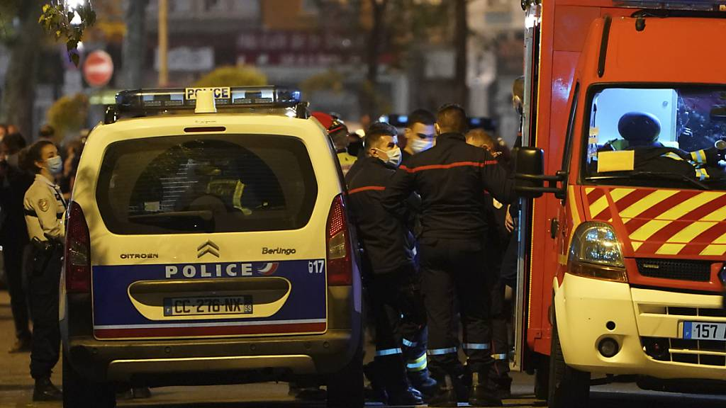 Rettungskräfte und Beamte der Polizei stehen am Tatort, an dem ein griechisch-orthodoxer Priester angeschossen wurde. Ein bislang unbekannter Täter hat in Lyon auf einen orthodoxen Priester geschossen und ihn dabei schwer verletzt. Der griechische Priester sei dabei gewesen, die Kirche zu schliessen.