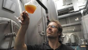 Jan Czerny, Brauer von «Unser Bier», degustiert Bier in einem Sommelier-Glas. Nur so entfalte sich der volle Geschmack.
