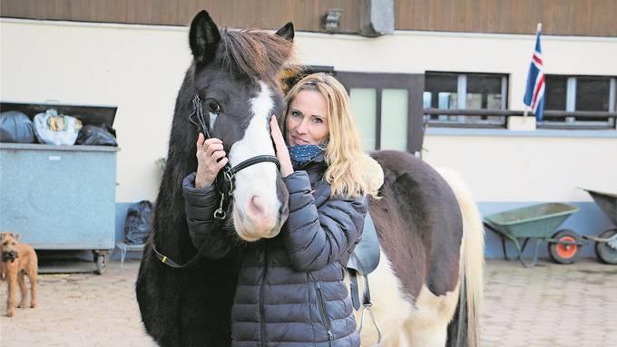 Hat schwierige Wochen hinter sich: Pferdehof-Betreiberin Lea Sigmarsson mit Grimur