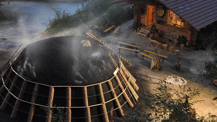 Dieser rauchende Kohlenmeiler dient unter dem Titel «Burnout à la Mettauertal» als Werbe-Sujet für die Imagekampagne der Gemeinde. zvg
