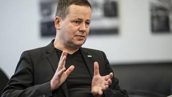 Klaus Lederer, Kultursenator in Berlin, spricht in seinem Büro in der Senatsverwaltung für Kultur und Europa. Lederer ist weiter skeptisch mit Blick auf eine Berlinale im gewohnten Rahmen im Februar. Foto: Fabian Sommer/dpa