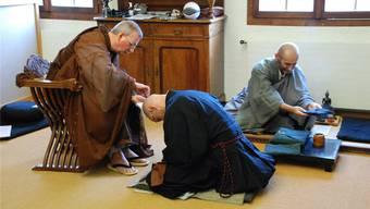 Meister Shosan Kogetsu schert dem neuen Mönch das letzte Haarbüschel ab.