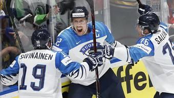 Marko Anttila (mitte) bejubelt mit seinen Teamkollegen einen der beiden Treffer im Final gegen Kanada. Finnland wurde zum dritten Mal nach 1995 und 2011 Eishockey-Weltmeister