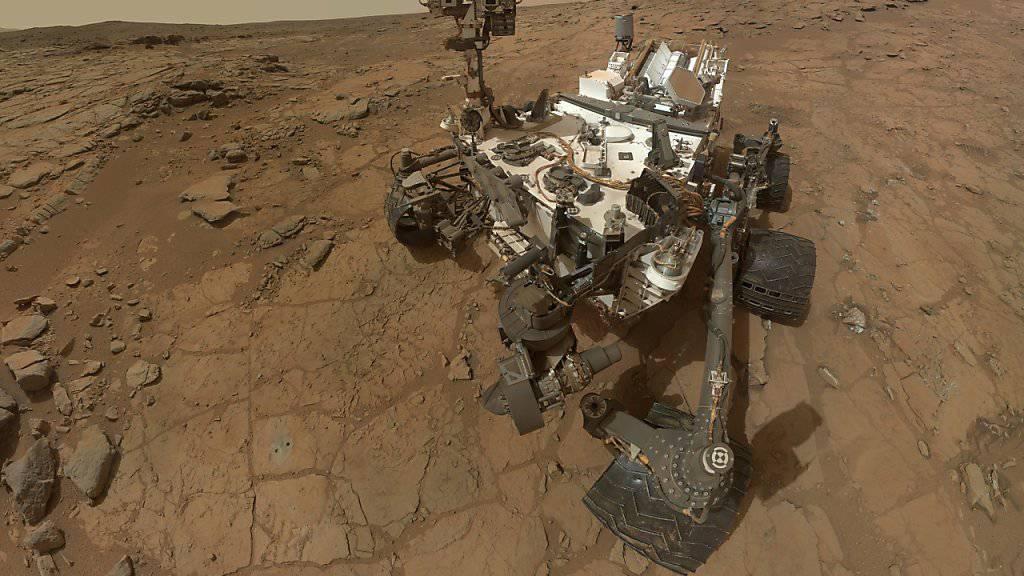 Der Rover Curiosity sammelt wieder Gesteinsproben auf dem Mars. Ein Nasa-Team hat monatelang daran gearbeitet, den Roboter wieder einsatzbereit zu machen. (Archivbild)