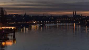 Der Rhein bei Basel im Abendlicht. Unsichtbar sind die Medikamentenrückstände, die er enthält. Sie stammen aus der Pharmaindustrie, wie Forscher erstmals nachgewiesen haben (Archivbild).