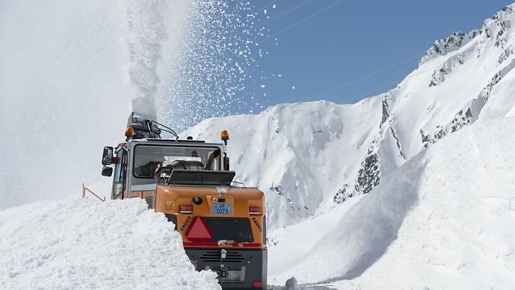 Die Schneeräumungsarbeiten waren intensiv, zumal im Gotthardgebiet bei Räumungsbeginn im April rund drei Mal so viel Schnee lag als üblich. Am Freitagnachmittag nun wird die Gotthardpassstrasse wieder für den Verkehr freigegeben. (Archivbild)