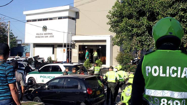 Helfer im Einsatz nach dem Anschlag auf die Polizeiwache.