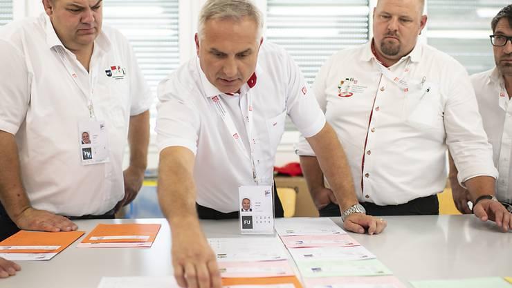 Samuel Feller, Eidgenössischer Technischer Leiter, bespricht mit seinem Team die Einteilung der Gänge am Eidgenössischen Schwing- und Älplerfest.