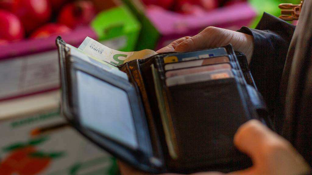 Soll ich beim Reisen mit Karte oder Bargeld bezahlen?