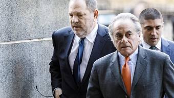 Harvey Weinstein (links) kann nicht mehr auf die Dienste des Starverteidigers Benjamin Brafman (vorne rechts) zählen. (Archivbild)