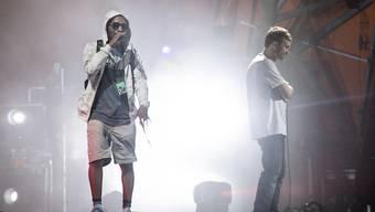 Rapper Del the Funkee Homosapien (l) nur Sekunden bevor er während des Konzerts mit seiner Band Gorillaz von der Bühne stürzt.