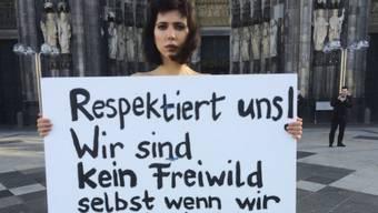 """Die Schweizer Aktionskünstlerin Milo Moire demonstriert gegen sexuelle Übergriffe vor dem Kölner Dom. Ihr Slogan: """"Respektiert uns! Wir sind kein Freiwild, selbst wenn wir nackt sind!!!"""""""