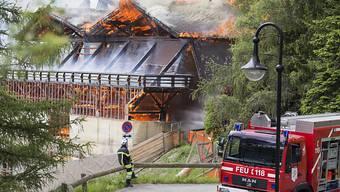 Das Feuer richtete am alten Sportzentrum in Verbier grossen Sachschaden an.