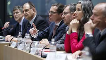 Die Anhörung der aussenpolitischen Kommission des Nationalrats: Roger Köppel stellt eine Frage.
