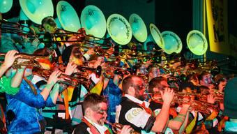 Farbenfroh und lautstark: In der Weissensteinhalle sorgten die Fasnächtler für einen stimmungsvollen Auftakt.