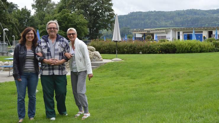 Yvonne Berglund (von links), André Winkler und Lydia Oehrli auf der grossen Wiese in der Badi Schinznach.