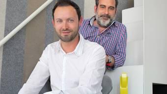 André Laubacher (links) und Raphaël Surber, die beiden Managing Partner der agentur mehrwert in Baden, mit ihrer Auszeichnung.