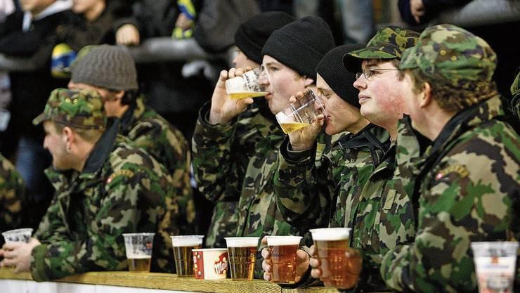 Zweimal pro Woche haben die Militärangehörigen in Brugg Ausgang. Dann gibt es in der Regel Bier (Symbolbild).