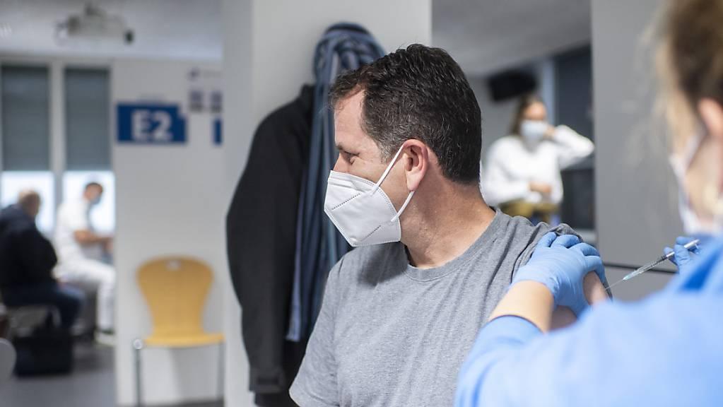 Der erste Zürcher wird am Montag mit dem Covid-19-Impfstoff «Janssen» von Johnson & Johnson geimpft im Covid-19-Testzentrum für Reisemedizin und Übertragbare Krankheiten in Zürich.