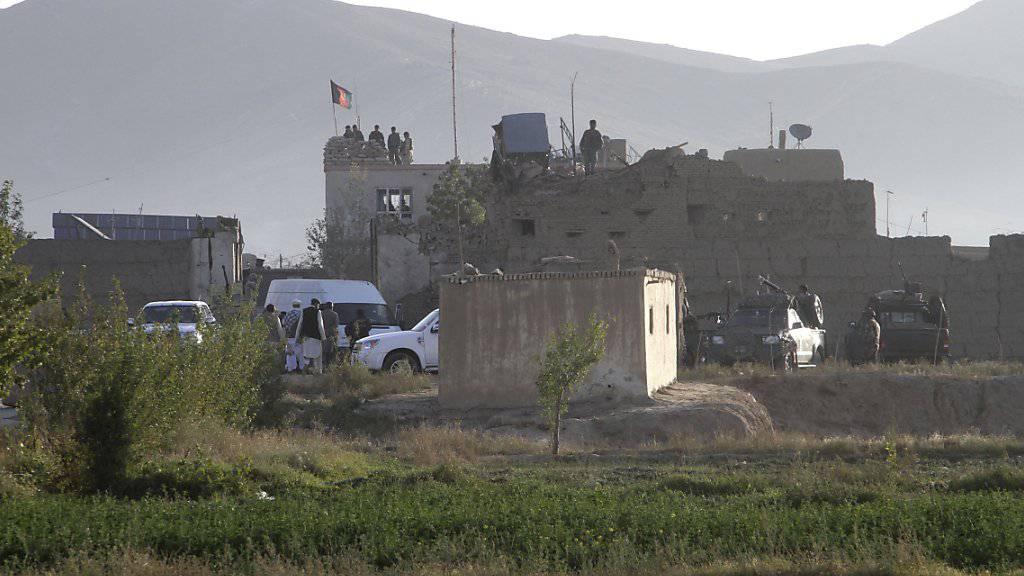 Afghanische Soldaten inspizieren das Gefängnis, aus dem die Taliban Hunderte Gefangene befreit haben.