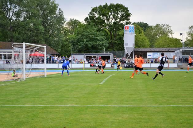 Die Brugger bezwingen Küttigen klar mit 4:0 und spielen am Dienstag in Tägerig gegen Sarmenstorf um den Aufstieg in die 2. Liga;Brugger Angriff über die rechte Seite.
