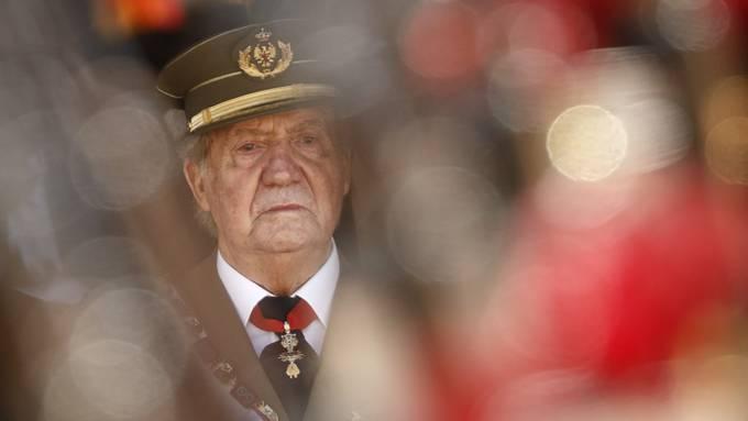 ARCHIV - Juan Carlos, damals König von Spanien, nimmt an einer Militärveranstaltung im spanischen San Lorenzo de El Escorial teil. Foto: Daniel Ochoa De Olza/AP/dpa