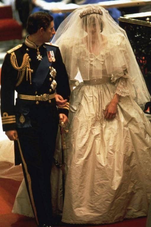 Lady Diana und Prinz Charles, 29. Juli 1981, Kleid: Designer Duo David und Elizabeth Emanuel. Schleppe: 7,62 Meter.