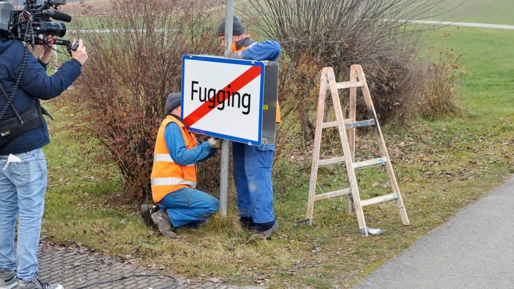 ABD0083_20201202 - FUCKING - ÖSTERREICH: Arbeiter beim Wechsel des Ortsschildes des Ortes «Fucking» in Oberösterreich auf das Schild mit dem neuen Ortsnamen «Fugging» am Mittwoch, 2. November 2020. - FOTO: APA/MANFRED FESL - 20201201_PD10931