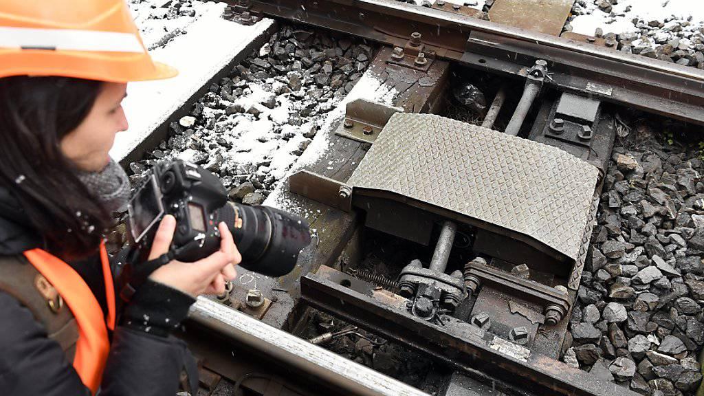 Eine der 7400 Weichenheizungen auf dem SBB-Netz im Fokus der Fotografin: Die Heizung lässt Eis und Schnee schmelzen, damit die Weiche auch bei Minustemperaturen gestellt werden kann.