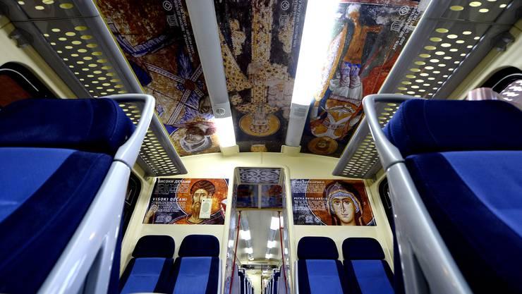 Ein mit Bildern serbisch-orthodoxer Ikonen bebilderter Wagen.