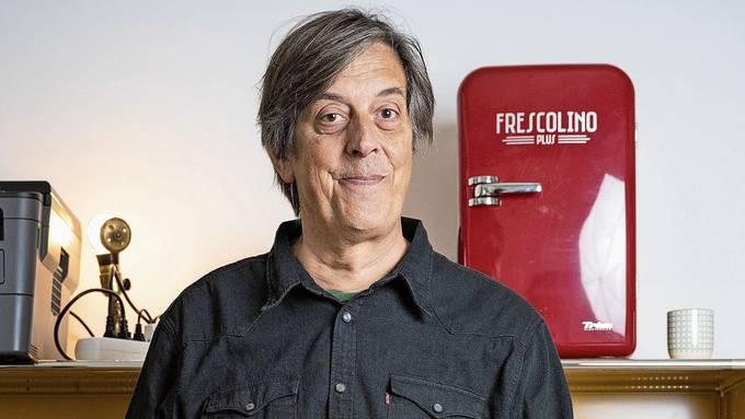 Pedro Lenz zu Hause in Olten. Als Vater zweier kleiner Kinder führe er ein fast schon seriöses Leben, sagt er. Er rauche nicht mehr, trinke kaum und gehe früh zu Bett – und vermisse das Nachtleben nicht.