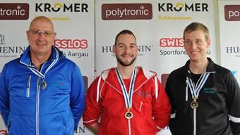Schützenkönig Rafael Bereuter (Mitte) gewann im Dreistellungsmatch vor Rolf Denzler (links) und Marco Lüscher.