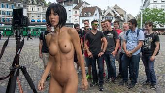 Zu cool, um nicht mitzumachen, zu prüde, um cool zu bleiben Junge Männer lassen sich in Basel fotografieren mit der Performance-Künstlerin Milo Moiré.