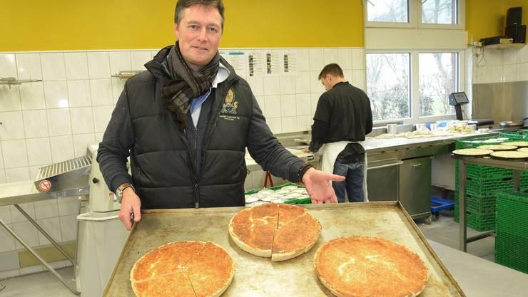 Sven Schwob mit Käsewähen aus dem Hause Wacker-Schwob.
