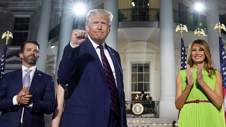 Donald Trump mit Ehefrau Melania und seinem Sohn Donald Trump Jr. (links)
