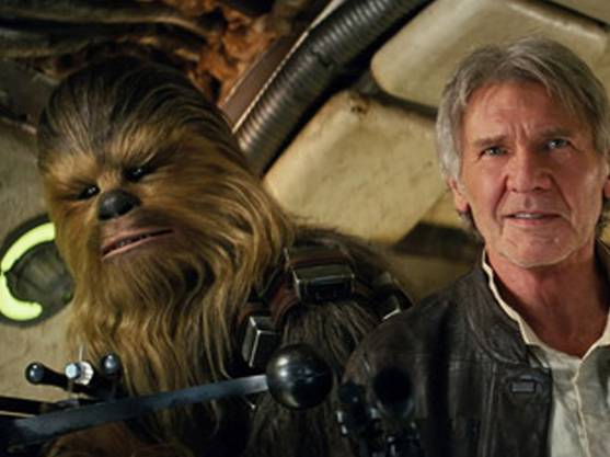 """Darsteller Peter Mayhew als Chewbacca und Schauspieler Harrison Ford in """"Star Wars: The Force Awakens."""" (Archivbild)"""