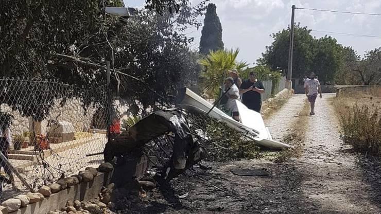 Feuerwehr und Polizei waren im Einsatz, da die Fluggeräte nach der Kollision in Flammen aufgegangen waren.
