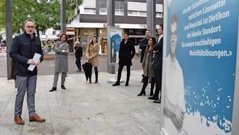 Dietikon ist keine Betonwüste: Stadtpräsident Roger Bachmann (links) bei der Präsentation der Image-Plakate. Dem Duo Lapsus schmeckt die Stadt Dietikon. Ein sportliches Dorf, sagt Trainerlegende Karl Frehsner. David Egger, Chefredaktor der Limmattaler Zeitung.