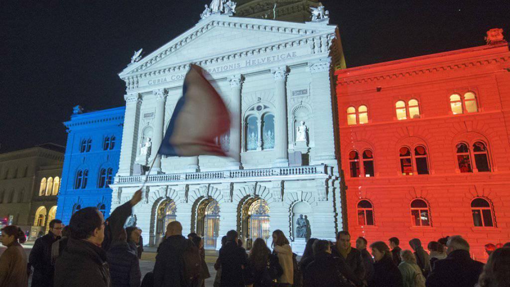 Während 45 Minuten erstrahlte das Bundeshaus in den Farben der französischen Trikolore